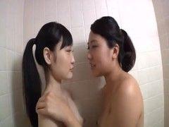 貧乳娘達が風呂場で乳首を舐め合うrezu動画